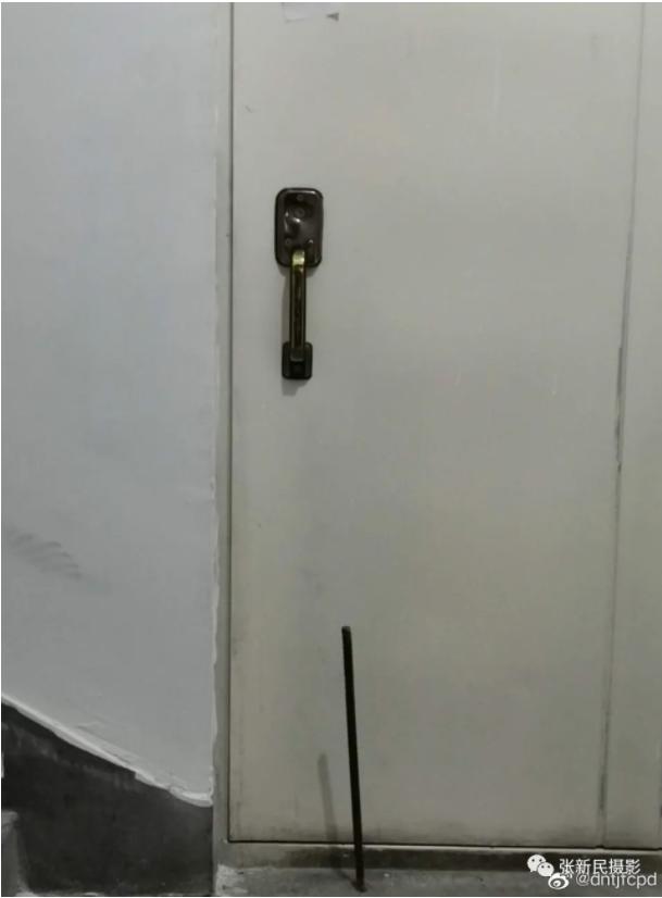 新疆住户门上被贴封条(图片来源:微信)
