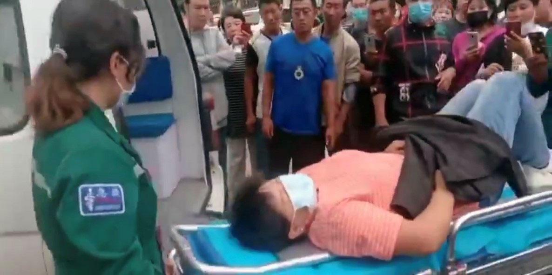 一位学生家长被警察推倒受伤,需要送医院治疗。(志愿者提供/记者乔龙)