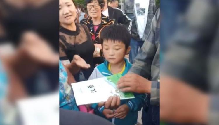 蒙古学校的学生家长不满当局从小学一年级起,改用汉族《语文》教材。