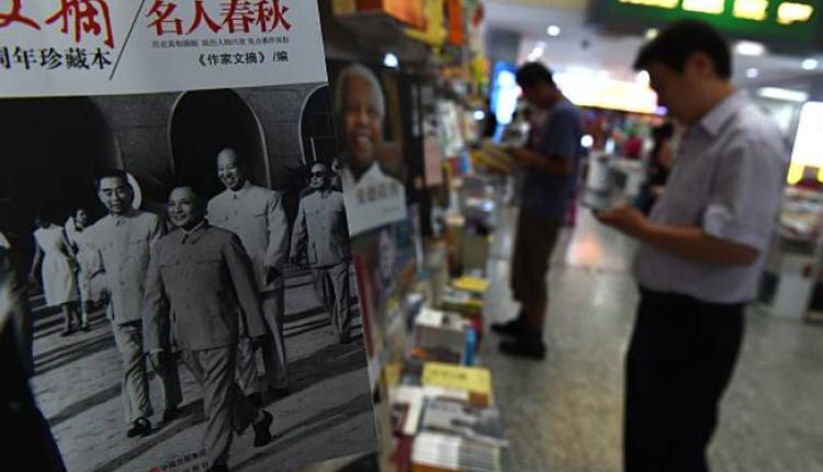 中国北京的一家书店有民众正在选购书籍