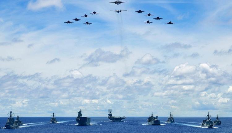 在菲律宾海演训的美国航母战斗群。(图片摘自U.S. Pacific Fleet)