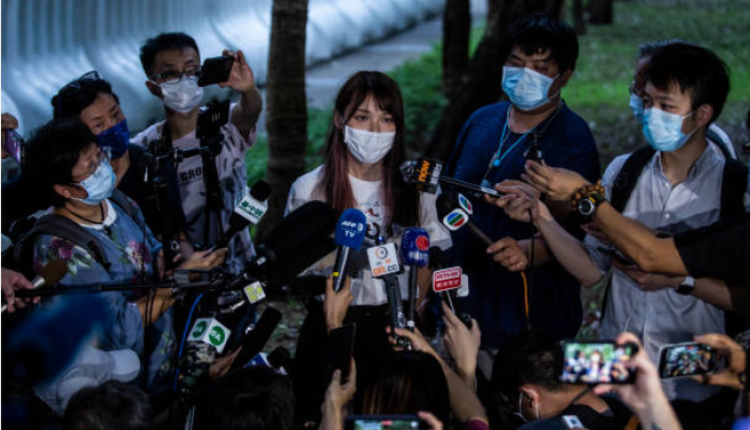 前香港众志成员周庭在大埔警署外接受传媒采访