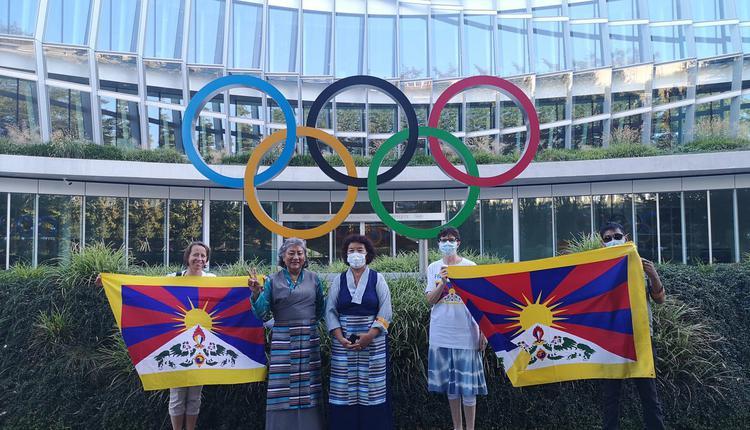 藏人及支持者在国际奥委会瑞士洛桑总部外递交联名信
