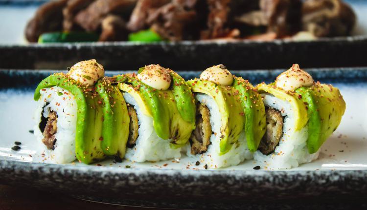 为了迎合西方的口味,寿司中大多添加蛋黄酱和牛油果等高热量食材