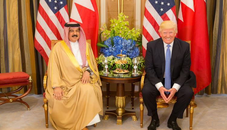 2017年5月,哈迈德国王(左)接见美国总统川普