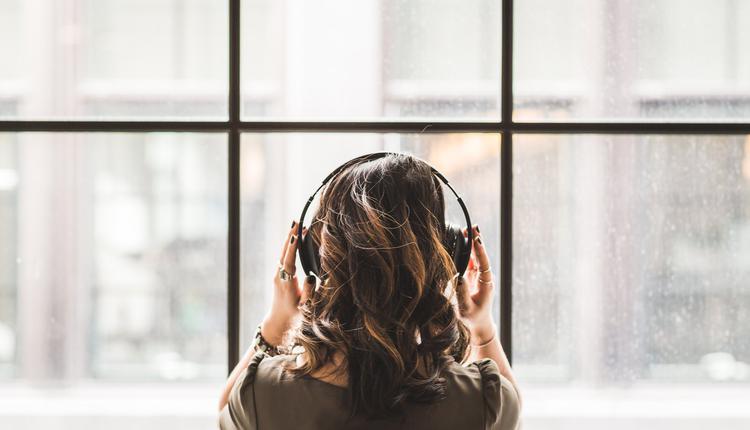 少女听音乐边充电,示意图。