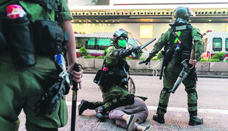 9月6日香港防暴警察在反政府示威中逮捕一名男子。