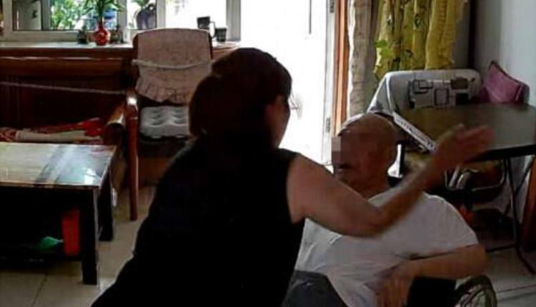保姆虐打老人被捕