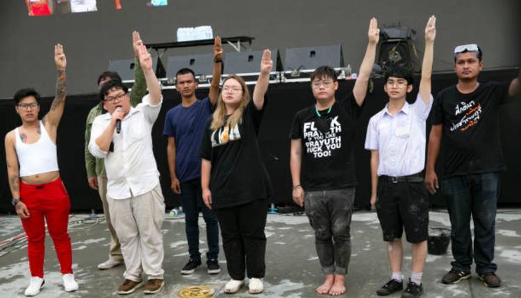 """泰国示威集会20日一早游行开始前,在集会现场附近埋下""""人民牌匾"""""""