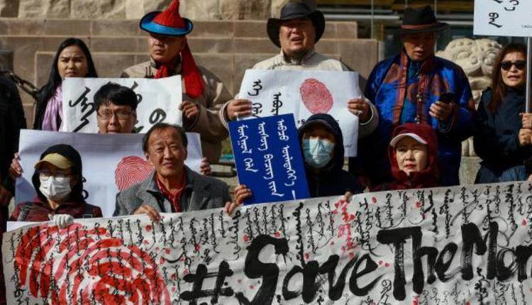 """蒙古国民众举著""""拯救蒙古语""""的横幅声援内蒙古民众。"""