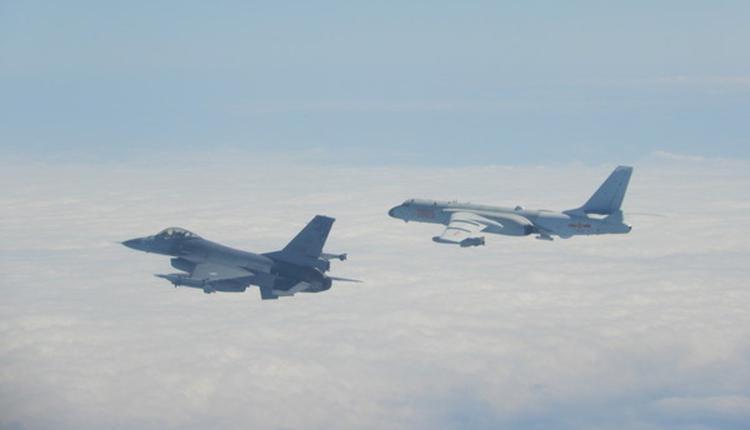 台湾F-16战机(左)升空监控伴飞中国军机绕台飞行,右为共军轰6。