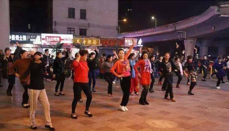 桂林一小区居民放《大悲咒》对抗广场舞