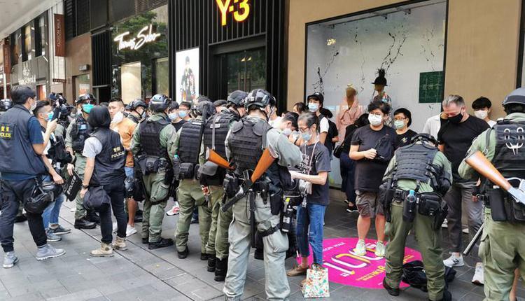图为10月1日香港警方逐一检查被捕人员的身分证。
