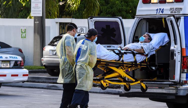 医护人员在转移病人