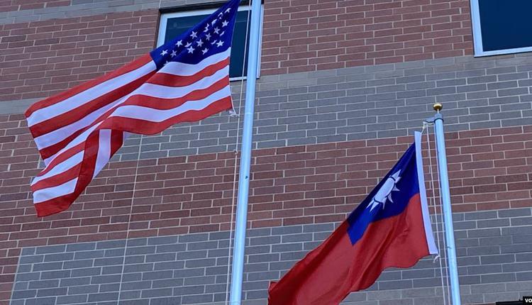 美国与台湾的旗帜在空中飘扬