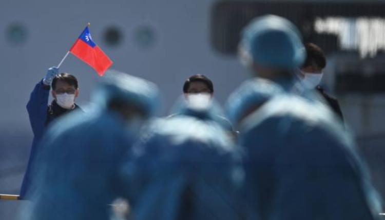 一名男子挥舞中国民国国旗
