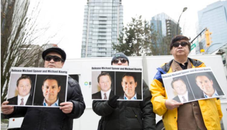 图为温哥华法庭外抗议者要求中国释放两位加拿大公民。