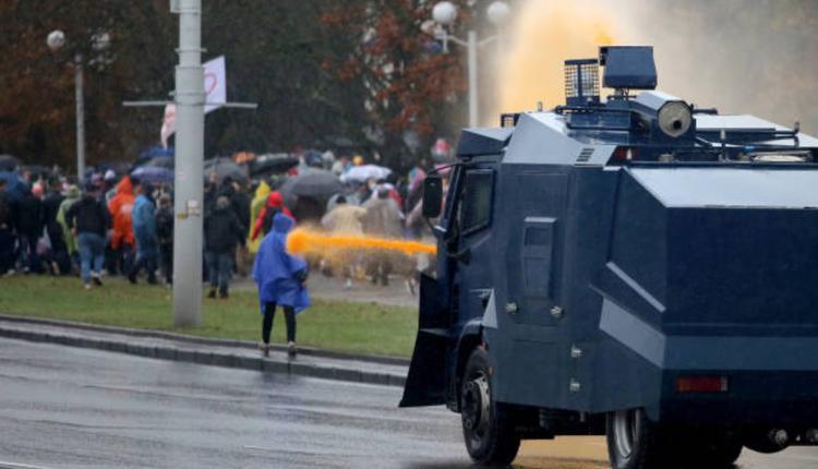 警方在白俄罗斯示威中对民众使用强力水柱