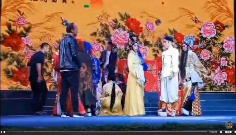 浙江丽水一村主任的儿子醉酒大闹戏台最后演变成大乱斗