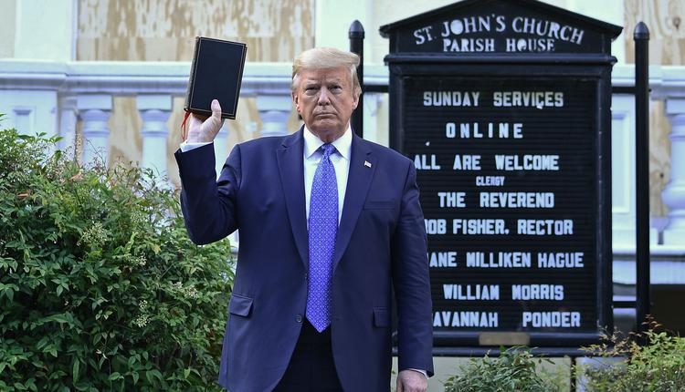 川普在教堂外高举圣经