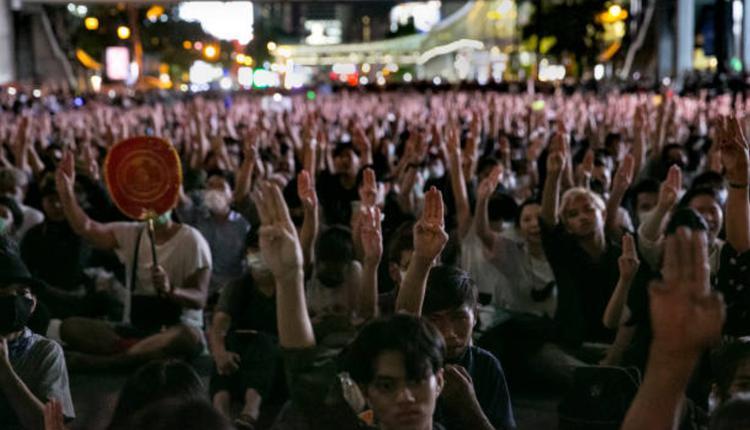 """""""拉差帕颂""""(Ratchaprasong) 十字路口15日出现万人集会"""