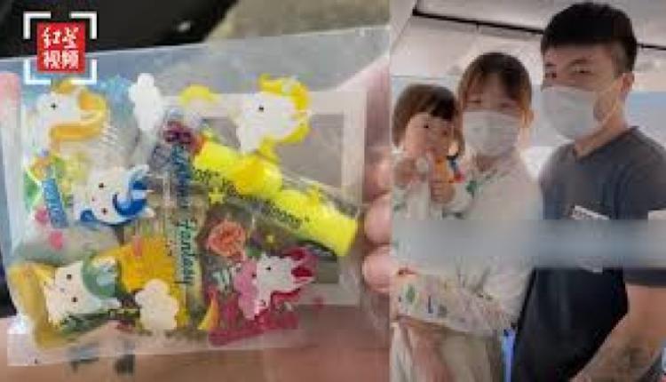 成都家长带孩子坐飞机为乘客准备暖心小礼物