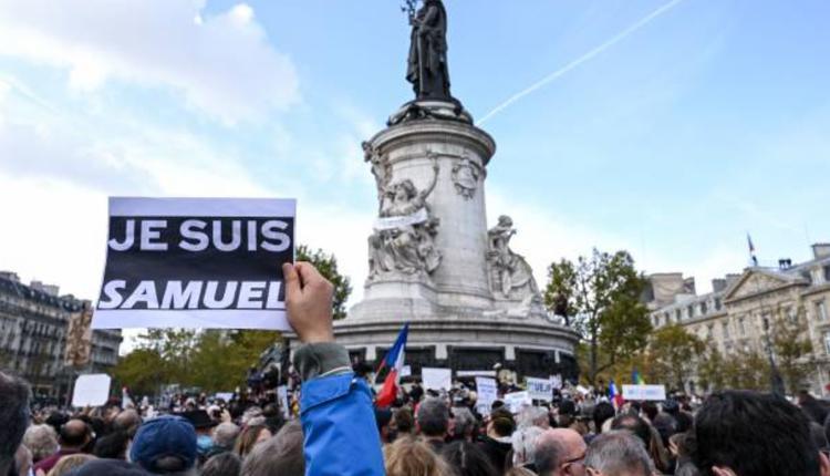 法國巴黎18日民眾集會聲援受害教師