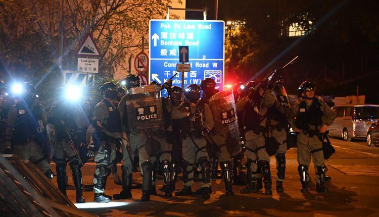 港警去年11月16日部署在香港中文大学附近的街道