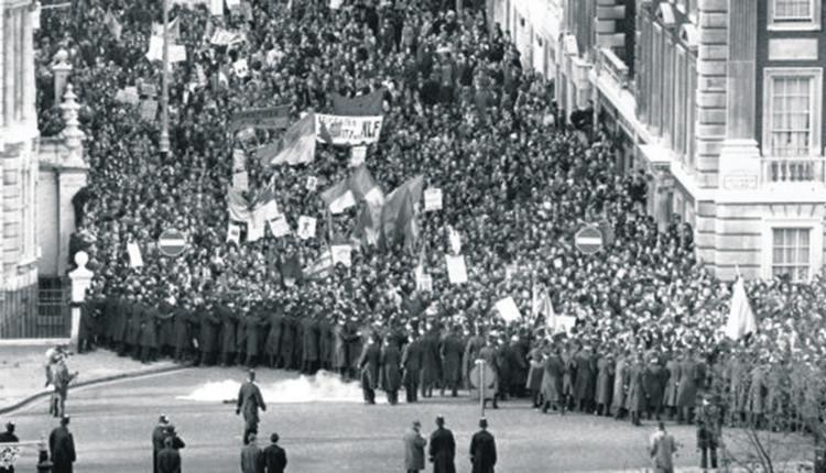 伦敦美国大使馆前的越战反战人群。