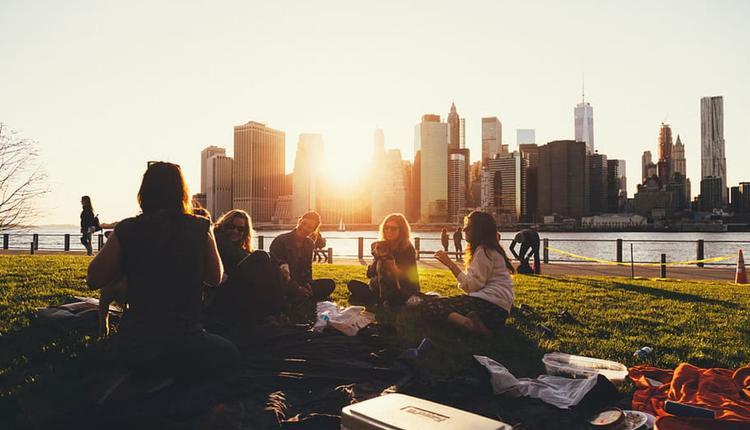 美好的下午,约朋友出门野餐。(图片来源:Piqsels)