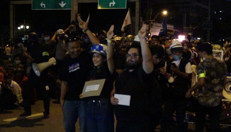泰国示威人士到德国大使馆递交请愿书(图片来源:中央社)