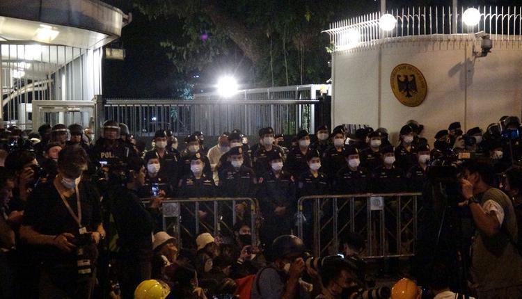 泰国警方在德国大使馆前部署警力(图片来源:中央社)