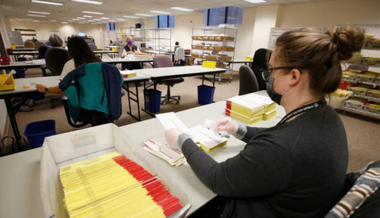 29日一名犹他州选务人员在处理美国大选邮寄选票。