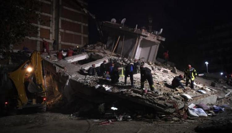 土耳其救灾现场夜间抢救画面
