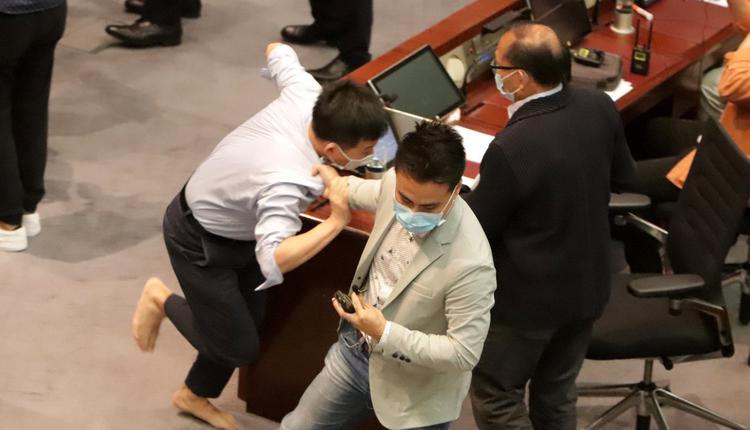 港警逮捕8名泛民主派人士