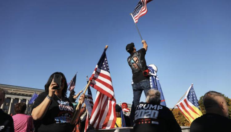 民众在宾州首府抗议选举舞弊