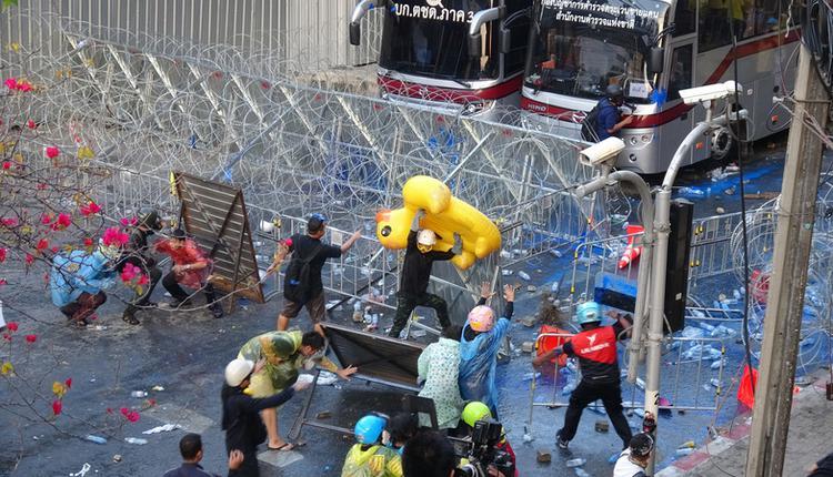 泰国抗议人士和保皇派互丢石块(图片来源:中央社)