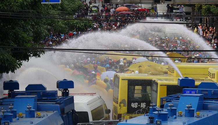泰国警方以水柱驱离抗议人士(图片来源:中央社)