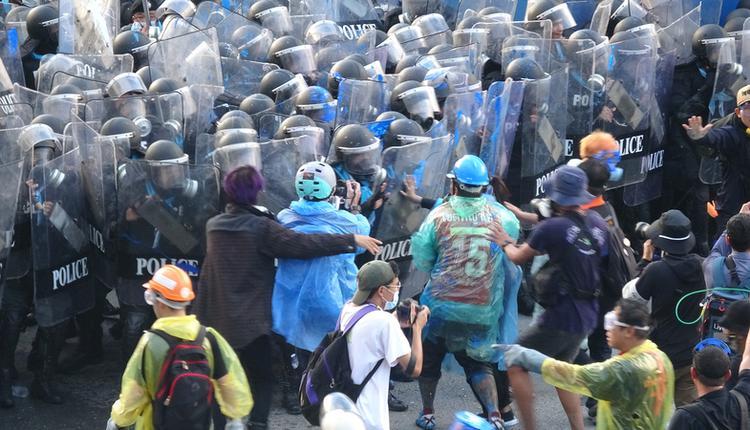 泰国抗议人士和警方对峙(图片来源:中央社)