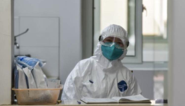 上海一家医院医务人员穿隔离服