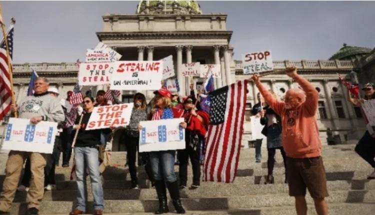11月5日,宾州民众举牌抗议选票舞弊