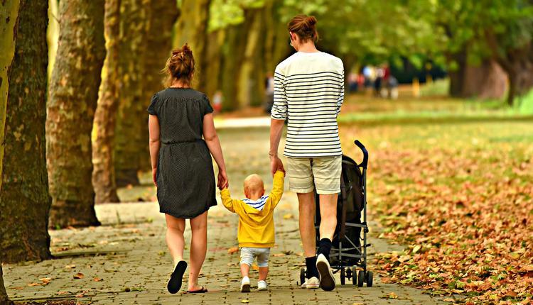 父母带孩子在公园散步
