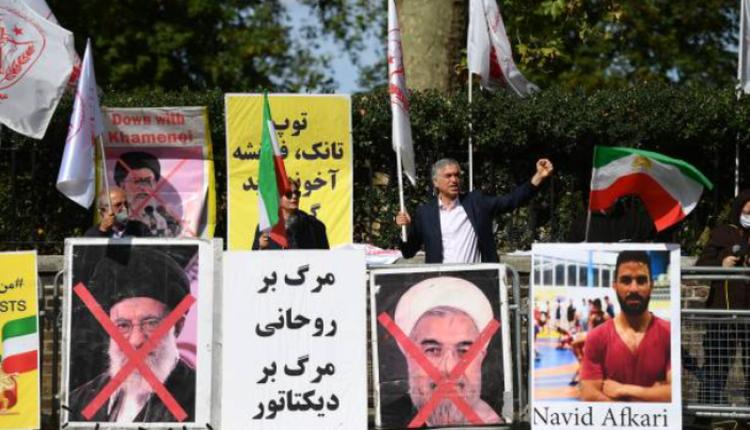 伊朗反对政府团体在伊朗驻伦敦大使馆前抗议