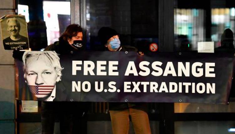 布鲁塞尔英国大使馆前有民众举著反对维基解密创办人阿桑奇被引渡美国的标语。
