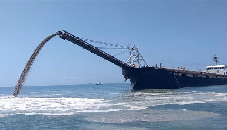 一艘非法越界无船名抽砂船在盗采砂石
