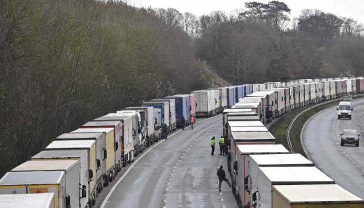 被困在英国的卡车司机等接受病毒检测(图片来源:JUSTIN TALLIS/AFP via Getty Images)
