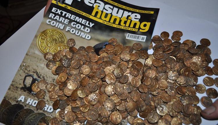 英国男子发现1300枚古金币