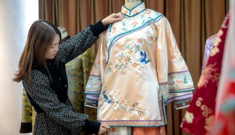 95后女子设计寿衣兼当模特儿
