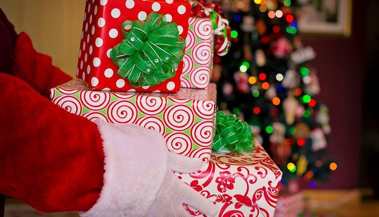 圣诞老人送礼物(图片来源:Pixabay图库)