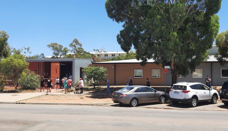 Broken Hill医院门口排队检测的人们